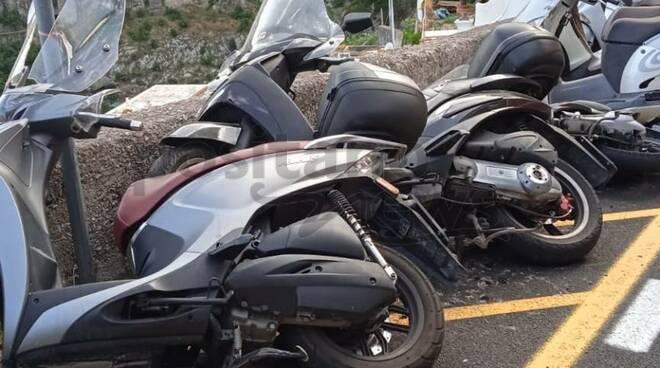 Positano ciclomotori cadono nell'asfalto