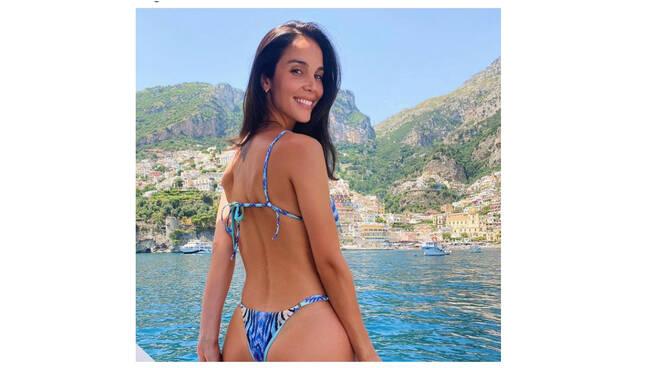 Positano, l'influencer Paola Di Benedetto si rilassa tra sole e mare