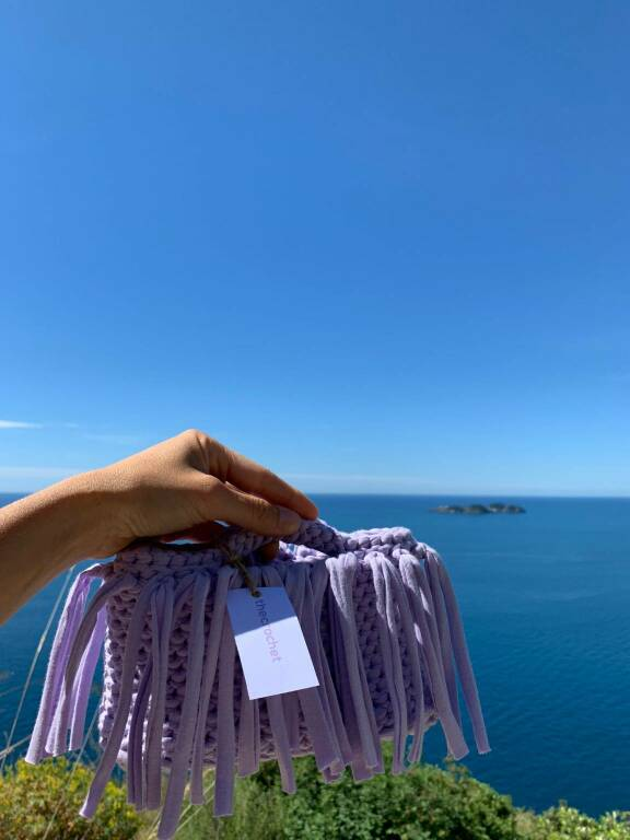 Positano, la fashion blogger Veronica Ferraro impazzisce per le borse all'uncinetto di Olga Bartolomeo