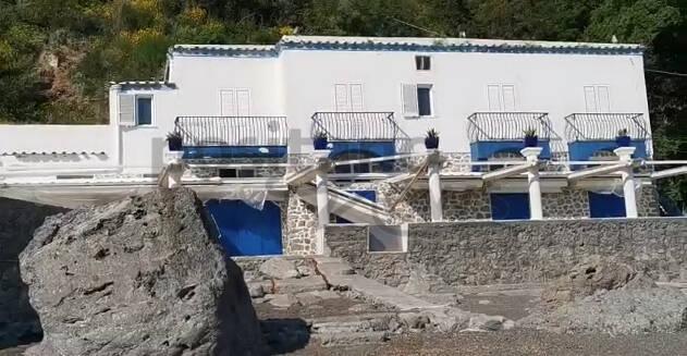 Positano, la tristezza della struttura abbandonata sulla spiaggia di Laurito