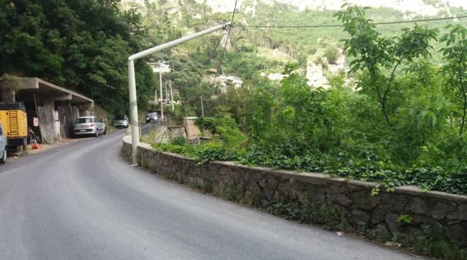 Positano, palo della Telecom si spezza in due: pericolo sulla strada per Montepertuso
