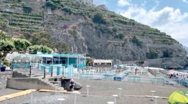 Spiagge libere a pagamento: una giornata costa 10 euro, a Minori l'ingresso è gratuito solo per i residenti