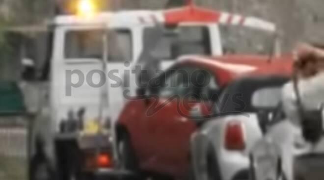 Tolleranza zero a Positano: auto rimosse con il carro attrezzi