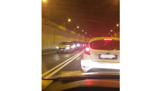 Traffico e lunghe code dalla penisola sorrentina in direzione Napoli, massima prudenza