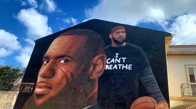 A Caserta il nuovo murales di Jorit contro il razzismo: raffigurato Lebron James