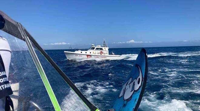 capitaneria di porto salva windsurfista