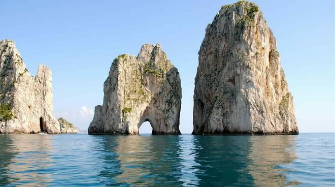 Capri, fioccano le multe per le imbarcazioni in sosta nei pressi dei Faraglioni