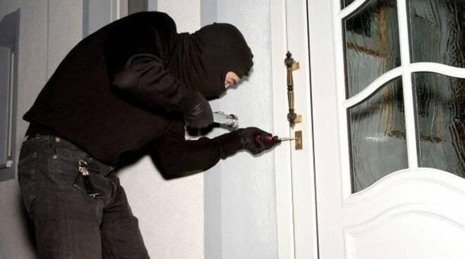 Come evitare i furti in casa durante l'estate. I preziosi consigli della Fenailp