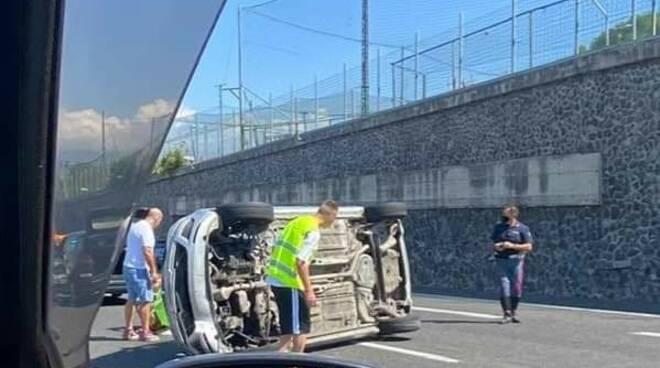 Incidente sulla A3 a Torre Annunziata: auto si ribalta, due fidanzati restano feriti