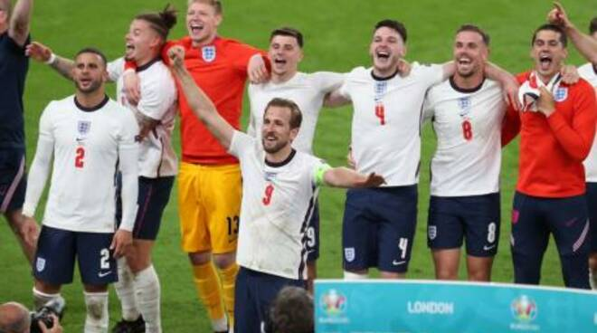 L'Inghilterra spinta in finale da un dubbio rigore, onore alla Danimarca. Wembley sarà di fuoco per l' Italia