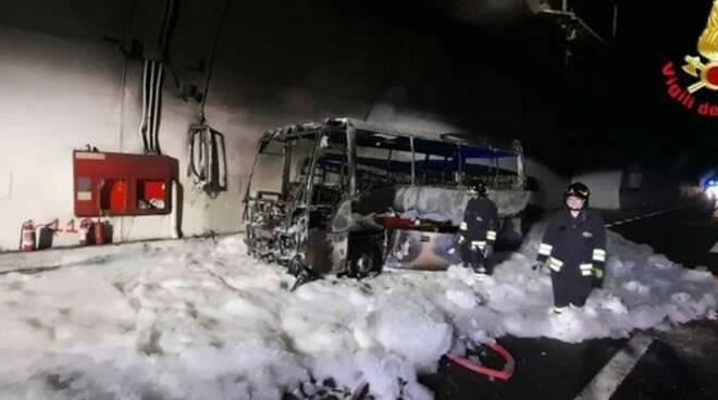 Lecco, autobus a fuoco in galleria: l'autista mette in salvo 25 ragazzi