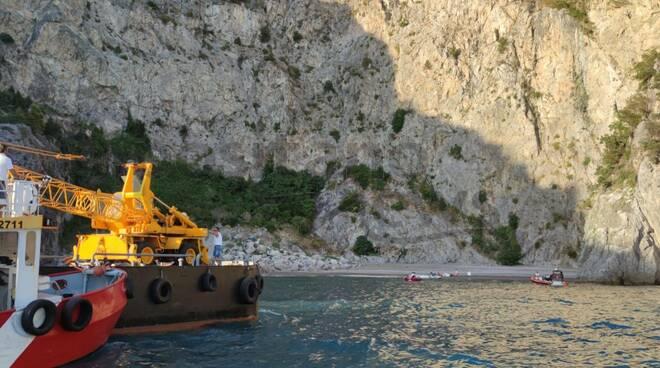 Maiori, imbarcazione arenata alla spiaggia del Cavallo Morto