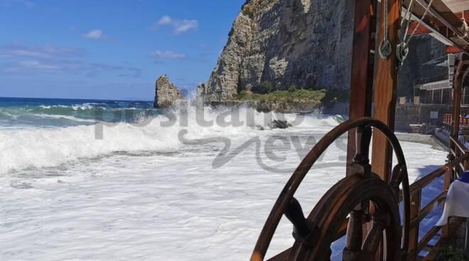 Mare mosso a Meta: spiagge interdette