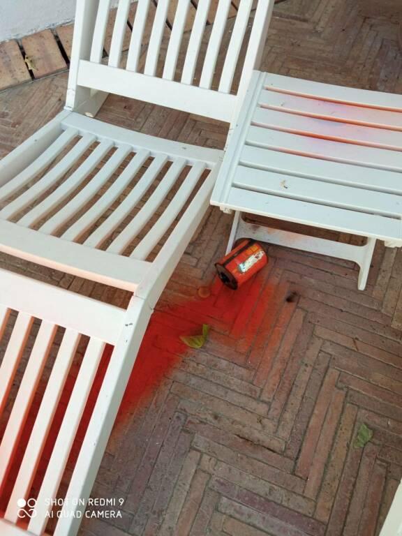 Minori, atto vandalico contro l'Hotel Villa Romana: lanciato dall'alto un barattolo di vernice rossa