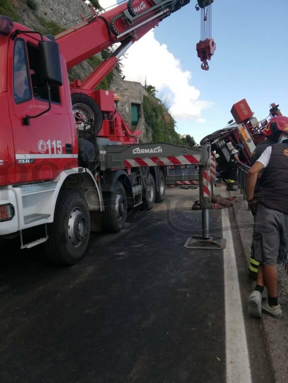 Minori: recupero del carro gru da parte dei Vigili del Fuoco