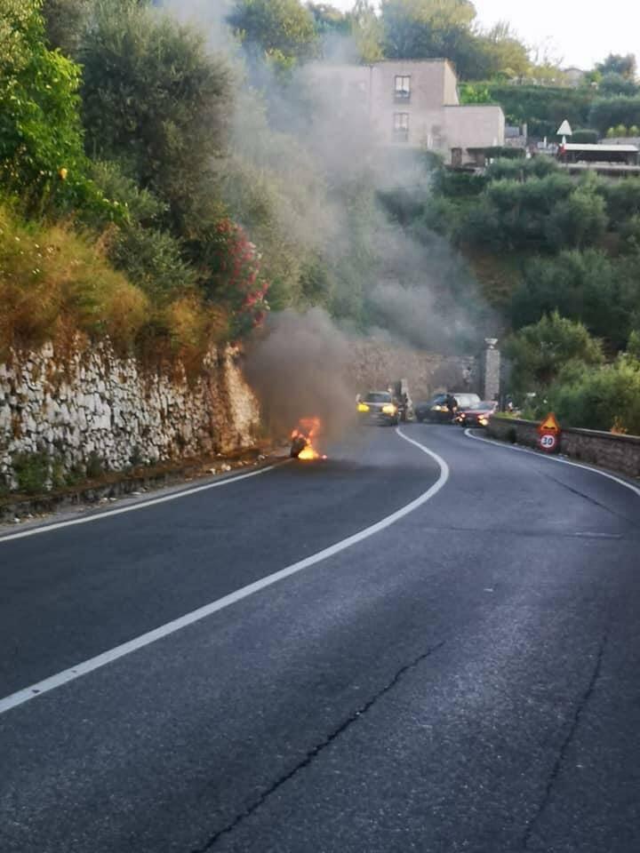 Moto incendiata a Montechiaro Vico Equense