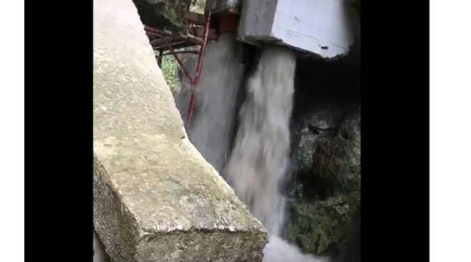 """Piano di Sorrento – Sant'Agnello, dopo le piogge lo sversamento di acque """"misteriose"""" nel Rivo di San Giuseppe"""