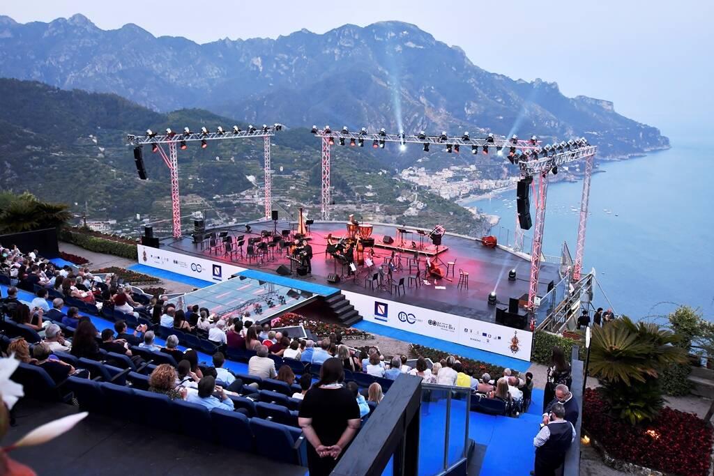 Pienone per il tributo del Ravello Festival ad Astor Piazzolla. In tribuna il neo Presidente Falconio.
