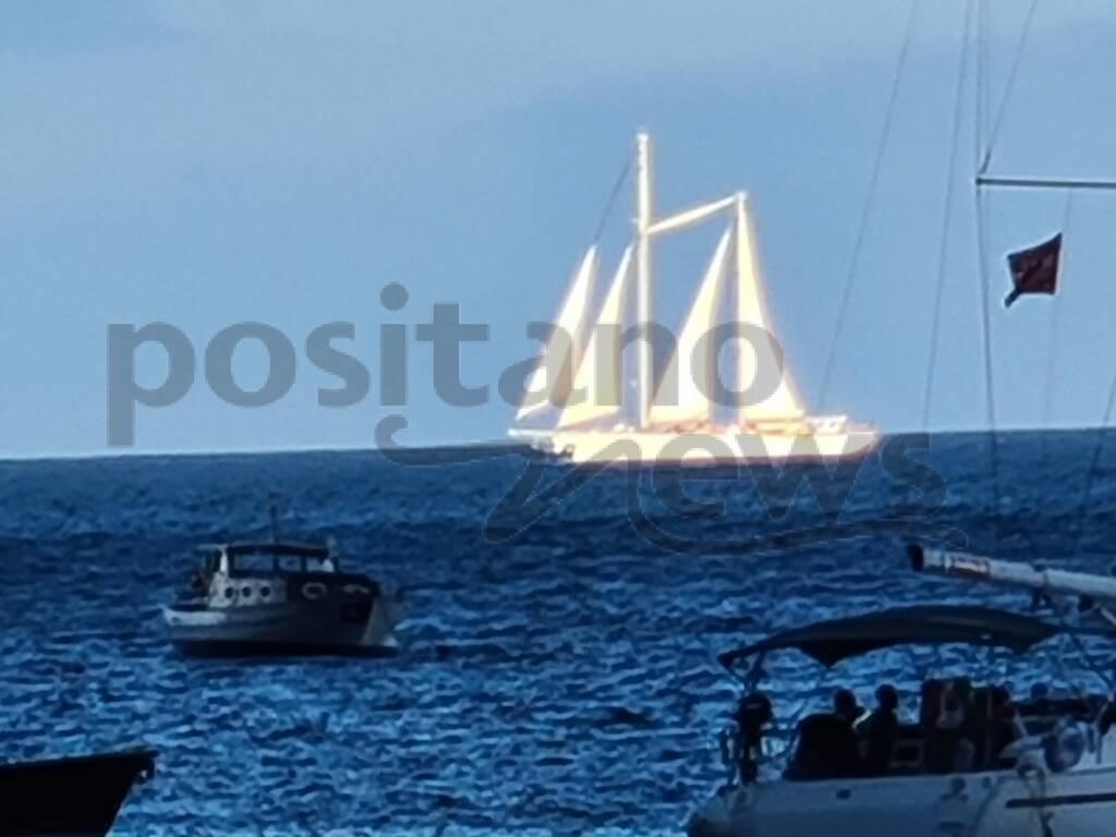 Positano, l'incanto dello yacht a vela Sonjana