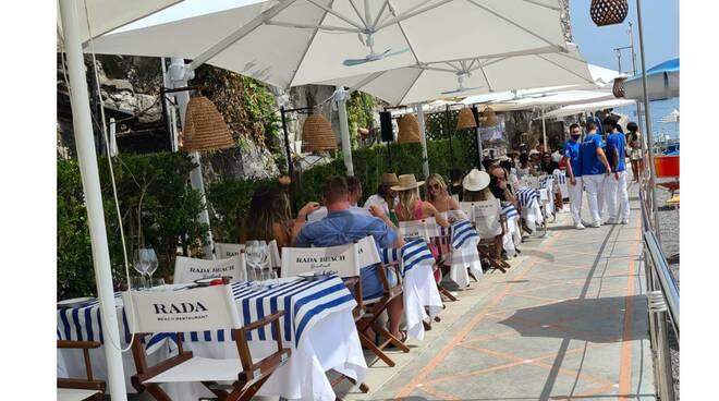 Positano, le modelle della Revolve scelgono il Rada Beach per un momento di relax