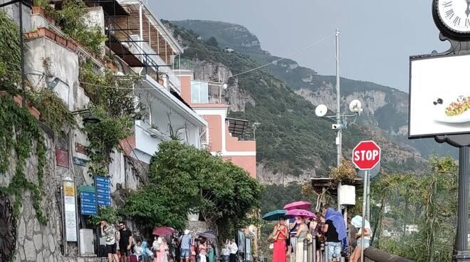 Positano, sotto la pioggia turisti ammassati in attesa della SITA per Amalfi e Salerno