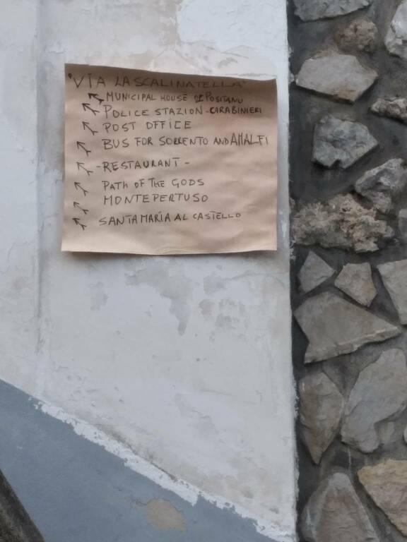 Positano: spunta lo speciale cartello segnaletico per i turisti