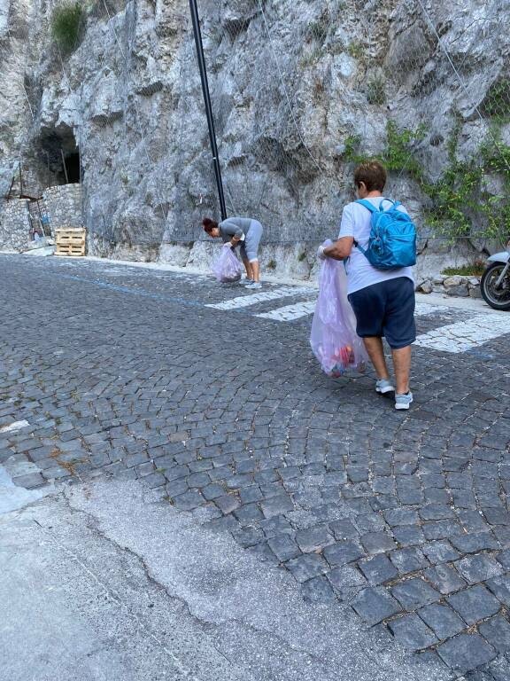 Praiano: alcune mamme con i figli puliscono le strade