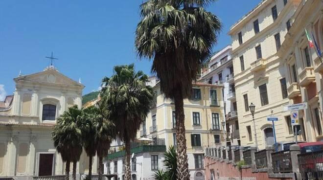 Salerno, Largo Conforti, vandali sfasciano le aiuole, residenti sfiniti chiedono multe salatissime