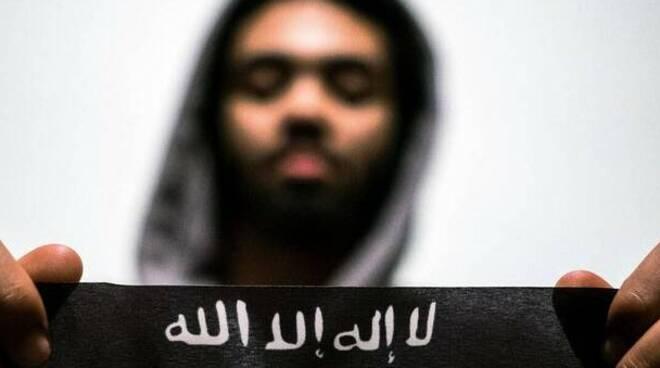 Salerno: pericolo Isis, terrorista dormiva in spiaggia, bloccato a Battipaglia