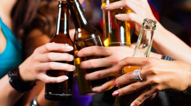 Salerno, vendita di bevande alcoliche oltre l'orario, multati tre locali e un distributore