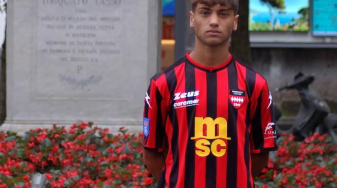 Un altro giovane #madeinsorrento! Il 2003 Alessandro Ferraro si veste di rossonero!