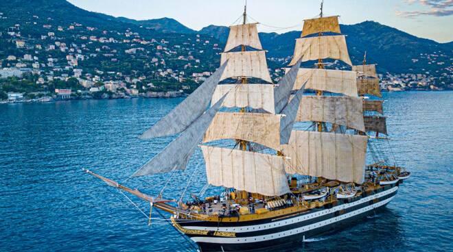 """Venti positivi al Covid sull'Amerigo Vespucci, diretti a Sorrento e Vico Equense, """"Sulla nave tutti erano vaccinati"""""""