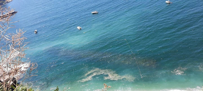 Vico Equense, una schiuma bianca di dubbia provenienza nel mare cittadino