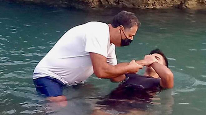 Vietri sul Mare: il battesimo in mare dei testimoni di Geova