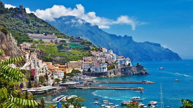 Amalfi, sequestrati sostegni fissi per ombrellone sulla spiaggia libera del lato di Ponente