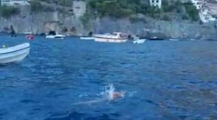 Arrivo di Savatore Cimmino a Positano: Giro d' Italia a Nuoto contro ogni barriera
