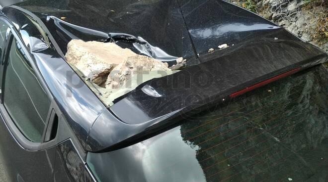 auto distrutte dalle rocce positano