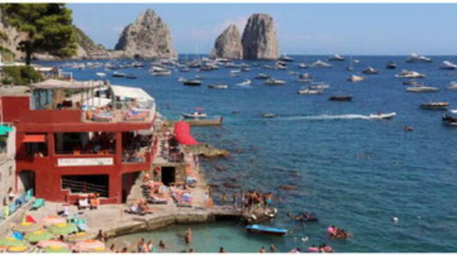 Capri, assedio estivo. Servono regole e rispetto per salvare la baia dei Faraglioni