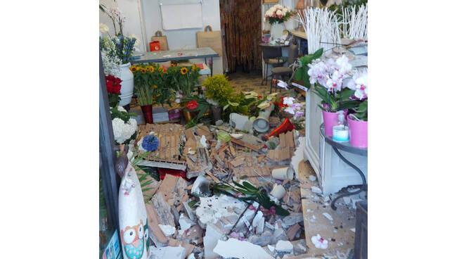 Capri, crolla il soffitto di un negozio di fiori in Via Roma. Nessun ferito ma tanta paura