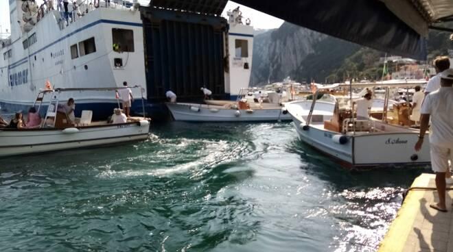 Capri, incidente nel porto. Traghetto Caremar durante le manovre urta alcune barche