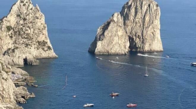 Capri, stop al diportismo selvaggio: una barriera di boe per difendere i Faraglioni