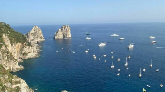 Capri: tagliata la rete delle boe a protezione della baia di Marina Piccola