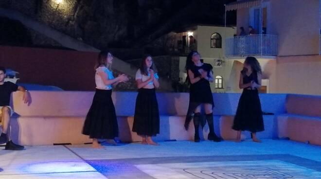 Vicoli in Arte con i Sud Medina e le giovani danzatrici di Giulia Talamo