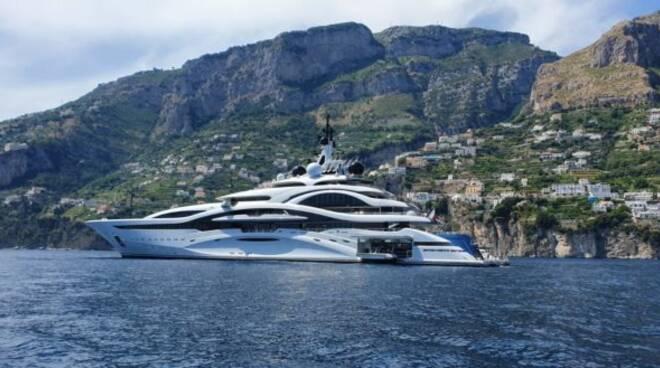 Continua la sfilata dei grandi yacht in Costiera Amalfitana: arriva Al Lusail, dell'attuale emiro del Qatar