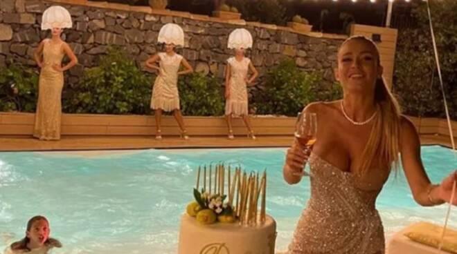 """Diletta Leotta festeggia i suoi 30 anni: è polemica  per le """"donne lampadario"""""""