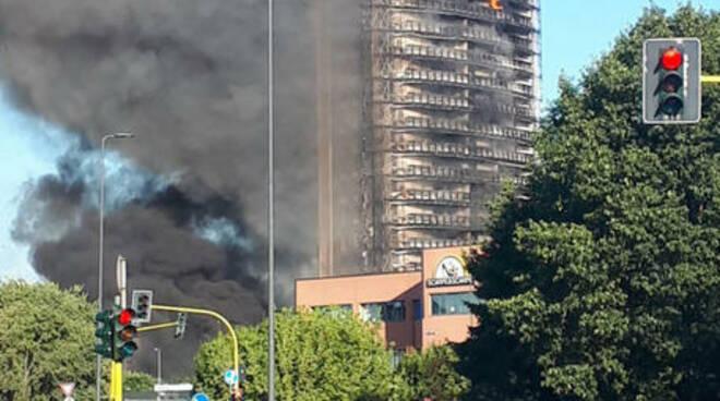 Divampa un incendio in un edificio a Milano, evacuate 70 famiglie