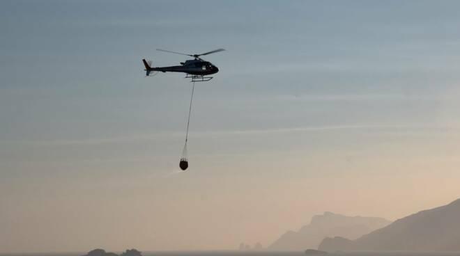 Elicottero si rifornisce d'acqua a mare a Positano
