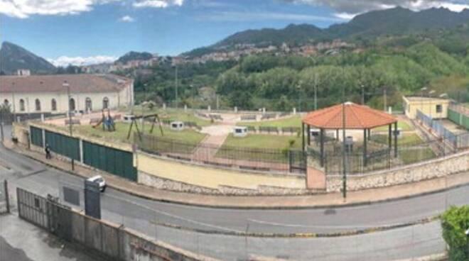 Follia a Cava de' Tirreni: devastano le giostre e urinano sui passanti