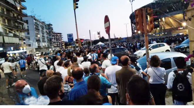 Il Napoli vince ma all'esterno dello stadio assembramenti di tifosi. Le parole del consigliere Francesco Emilio Borrelli