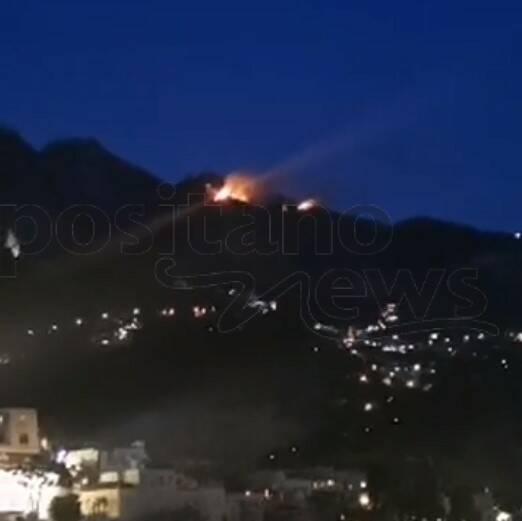 Incendio a Positano al confine con Agerola